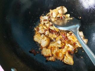 干煸豆角,放一勺豆瓣酱炒出红油。