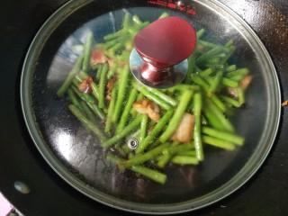 干煸豆角,盖上锅盖,小火焖一会。