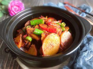 干锅土豆片,最后把土豆片盛出盖在洋葱上即可食用