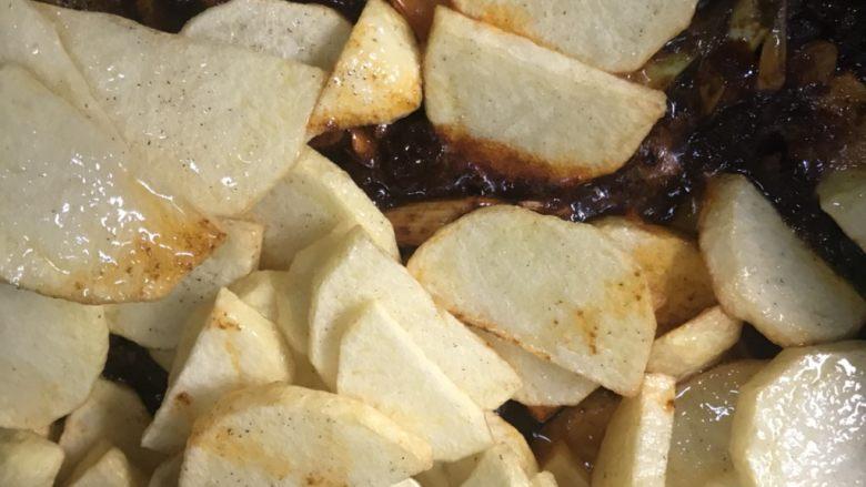 干锅土豆片,把土豆片倒入锅中翻炒。