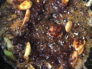 干锅土豆片,放入郫县豆瓣酱继续煸炒。