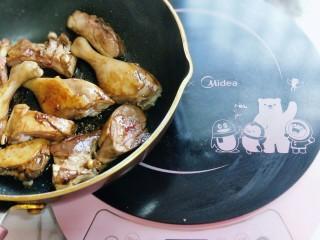 【季节菜】+春笋烧鸭腿,加入焯水的鸭腿块煸炒。
