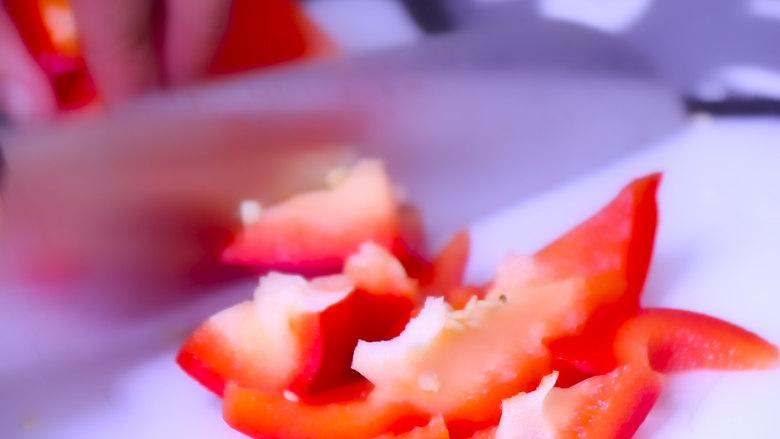 酸甜可口的菠萝咕噜肉,青红甜椒切滚刀块备用