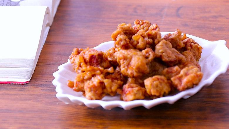酸甜可口的菠萝咕噜肉,炸好的里脊肉捞出装盘备用