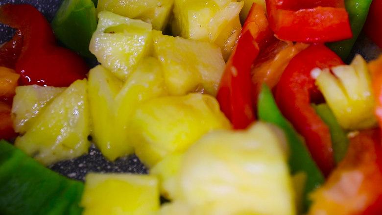 酸甜可口的菠萝咕噜肉,炒锅中放少量油,油热后放入甜椒和菠萝炒出香味后盛出