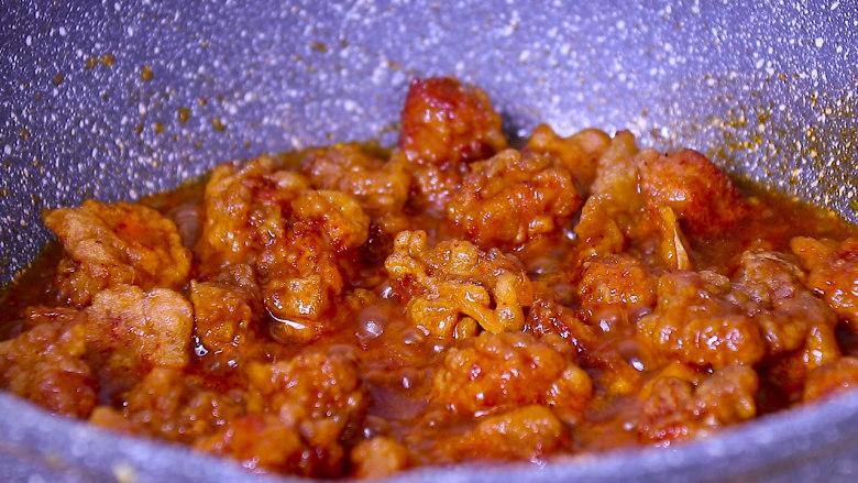 酸甜可口的菠萝咕噜肉,放入炸好的肉块翻炒均匀