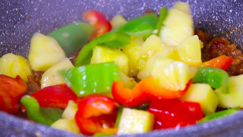 酸甜可口的菠萝咕噜肉,再放入炒制后的甜椒和菠萝翻炒均匀