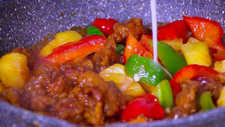 酸甜可口的菠萝咕噜肉,最后加入水淀粉勾芡即可