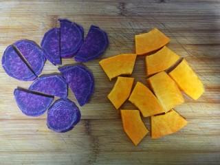 果蔬蝴蝶面,紫薯和南瓜去皮后分别切成片,这样更快蒸熟。