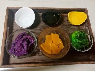 果蔬蝴蝶面,蒸好的紫薯,南瓜和焯好的菠菜,分别配30克,20克,20克清水,紫薯含水量比其它两种少,因此清水的量要稍微多一点。