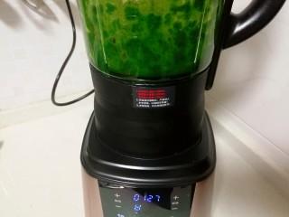 果蔬蝴蝶面,把菠菜段和20克清水放入搅拌机,搅拌成菠菜泥。