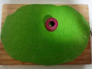 果蔬蝴蝶面,用花型模具压出照型。