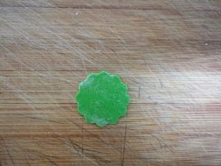 果蔬蝴蝶面,取一个小面片。