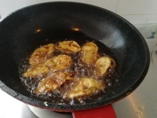 香炸茄盒,茄盒放凉了在第二次炸,这样才会更香酥。第二次等油锅开了在炸,放进去一会就马上捞出,不要炸糊了。