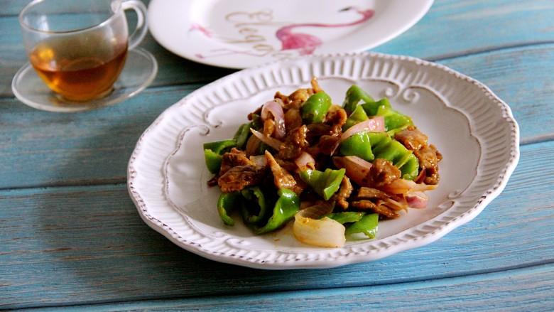 青椒洋葱炒牛肉,装盘吃吧