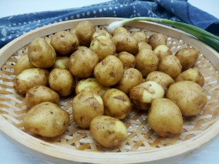 香辣小土豆,土豆准备一斤,也可以少做一点