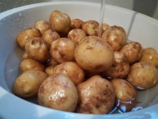 香辣小土豆,先将土豆泡洗个5分钟,这样泥巴泡开,轻轻一洗就干净了,这是今年刚挖的土豆、特别的新鲜、粉粉的、吃起来特别地香,做这个大家可以买小土豆来做