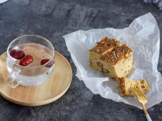 老少咸宜的紅棗戚風蛋糕,你可以把它切成小塊,搭配下午茶。
