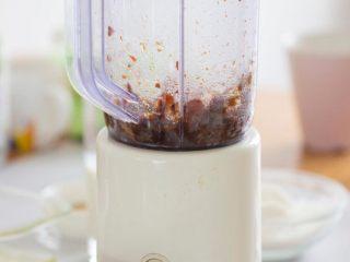 老少咸宜的紅棗戚風蛋糕,借助攪拌機可以將棗泥打碎,這樣紅棗味更加香濃。為了保留部分紅棗的顆粒感,我沒有刻意全都打碎。你也可以在最后混合面糊的時候自己加入一些紅棗碎。怎么開心怎么來!