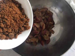 老少咸宜的紅棗戚風蛋糕,趁著棗泥還有溫度,加入紅糖用手動打蛋器攪拌均勻。