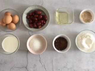 老少咸宜的紅棗戚風蛋糕,準備好所有的食材,低筋面粉和淀粉提前混合過篩;烤箱預熱170度,實際烘烤溫度150度45-50分鐘左右。