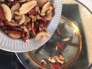 老少咸宜的紅棗戚風蛋糕,將剪碎的紅棗入鍋煮沸變得軟糯之后,瀝干水分撈出。