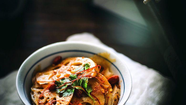十分钟快手菜 凉拌藕片&花椒油拌面,将藕片沥干水分,倒入步骤2的调料拌匀即可  想要好看可加香菜、红椒丝、白芝麻、枸杞点缀一下