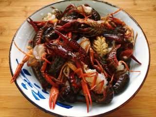 麻辣小龙虾,首先处理小龙虾,将小龙虾的头部剪去,再剔除虾肠,用手捏住龙虾尾部中间的尾片,上下扭动往外一抽,虾肠就出来了。