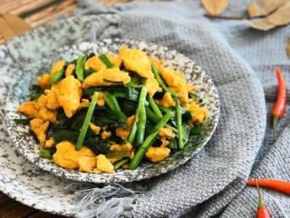 韭菜炒鸡蛋,最简单的家常菜,能吃出家的味道,出锅啦,一份好看又好吃的素食完成了。