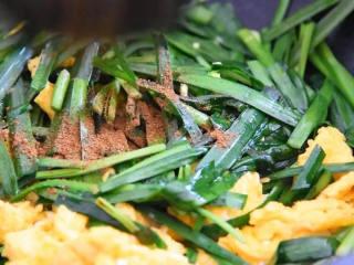 韭菜炒鸡蛋,最简单的家常菜,能吃出家的味道,放入鸡蛋,撒入五香粉、生抽炒匀即可。