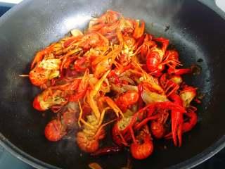 麻辣小龙虾,还剩一点汤汁的时候撒上少许鸡精炒匀即可出锅。