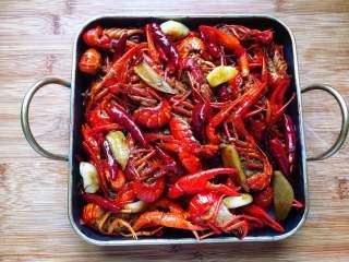 麻辣小龙虾,将做好的麻辣小龙虾装入盘子里。
