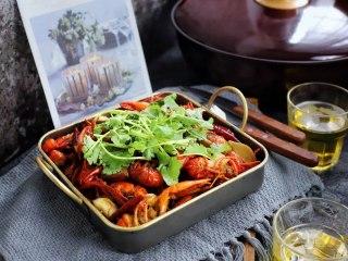 麻辣小龙虾,撒上少许香菜即可开吃!
