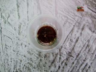 减肥色拉,调汁:15克醋,5克白糖,4克盐,4克酱油,2克鸡粉搅拌均匀!