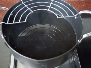 了不起的小番茄+糖醋里脊肉,锅里倒入适量油,热至8成熟