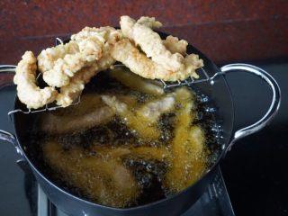 了不起的小番茄+糖醋里脊肉,将沾好面糊的里脊肉放入油锅中炸,炸至酥脆即可捞出沥油