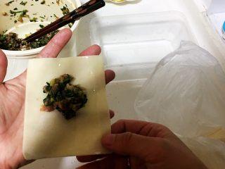 上海小吃-干挑鸡丝荠菜大馄饨- 两种包法,用清水把馄饨皮的四周抹一圈