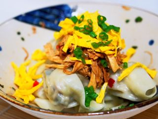 上海小吃-干挑鸡丝荠菜大馄饨- 两种包法,真好之后的馄饨找一个漂亮的碗,放入鸡丝,(图传不下了,鸡丝的方法,请看上一个菜谱)蛋皮,葱花备用
