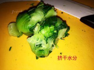 上海小吃-干挑鸡丝荠菜大馄饨- 两种包法,上海青比较不容易去掉水分,所以一定要找一个力气大的人,用力的挤干水分