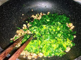 上海小吃-干挑鸡丝荠菜大馄饨- 两种包法,把火关掉,倒入之前切好的青菜碎