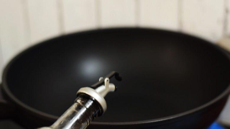 油条炒丝瓜,锅中倒入适量的食用油烧热