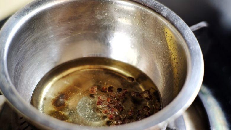 十分钟快手菜 凉拌藕片&花椒油拌面,将油放入小锅或小盆内,开小火将油烧热 放入花椒  【图片显示不全的话 点击看大图】