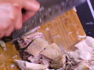 凉拌鸡块,将冷却后的鸡肉切成块状