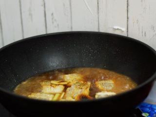 红烧带鱼,加入开水,没过食材即可