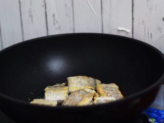 红烧带鱼,等煎至金黄色再翻面继续煎至金黄色