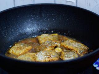 红烧带鱼,大火烧开后转小火炖煮10分钟