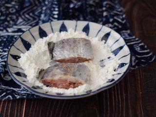 红烧带鱼,把带鱼用厨房纸擦干水分,然后放入淀粉中沾上一层薄薄的淀粉