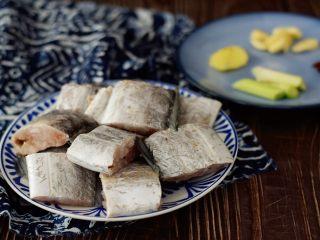 红烧带鱼,带鱼去除内脏腹黑洗净切成小块,葱切段,姜切片,蒜切片