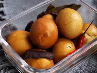 五香茶叶蛋,第二天早上,将茶叶蛋装入碗里,就可以开吃了。