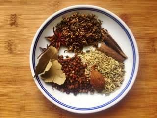 五香茶叶蛋,煮鸡蛋的时候,准备好香料,香料用水冲洗一下。